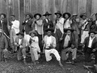 Foto do sueco Claro Jansson [do acervo Dorathy Jansson Moretti] retrata um grupo de revoltosos que participaram da Guerra do Contestado no início do século XX